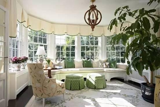 客厅阳台一体怎么装修好看 1、小户型的,尽量将客厅阳台一体装修的时候,根据户型做调整让空间得到延生,可以利用阳台抬高增加空间层次,或是利用镂空或镜面来让视觉有一定阻碍却又有一定的远眺的感觉; 2、如果不是非常擅长华丽的装饰,尽量用简洁大方的设计来减少室内视觉障碍,原理和镂空镜面是一样的,能有独立空间,但看的时候,视线更远,空间更大; 3、空间利用率提高,最好一个空间多个用途,比较用时下比较火热的榻榻米,这样可以让整个空间有不同的设计味道; 4、不要忘了软装的好处,好的软装可以改变很多,特别是在简单的客厅