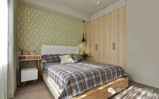 床头背景白色的欧式护墙板装饰