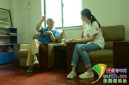 杨瑞庆用渊博的知识和丰富的阅历