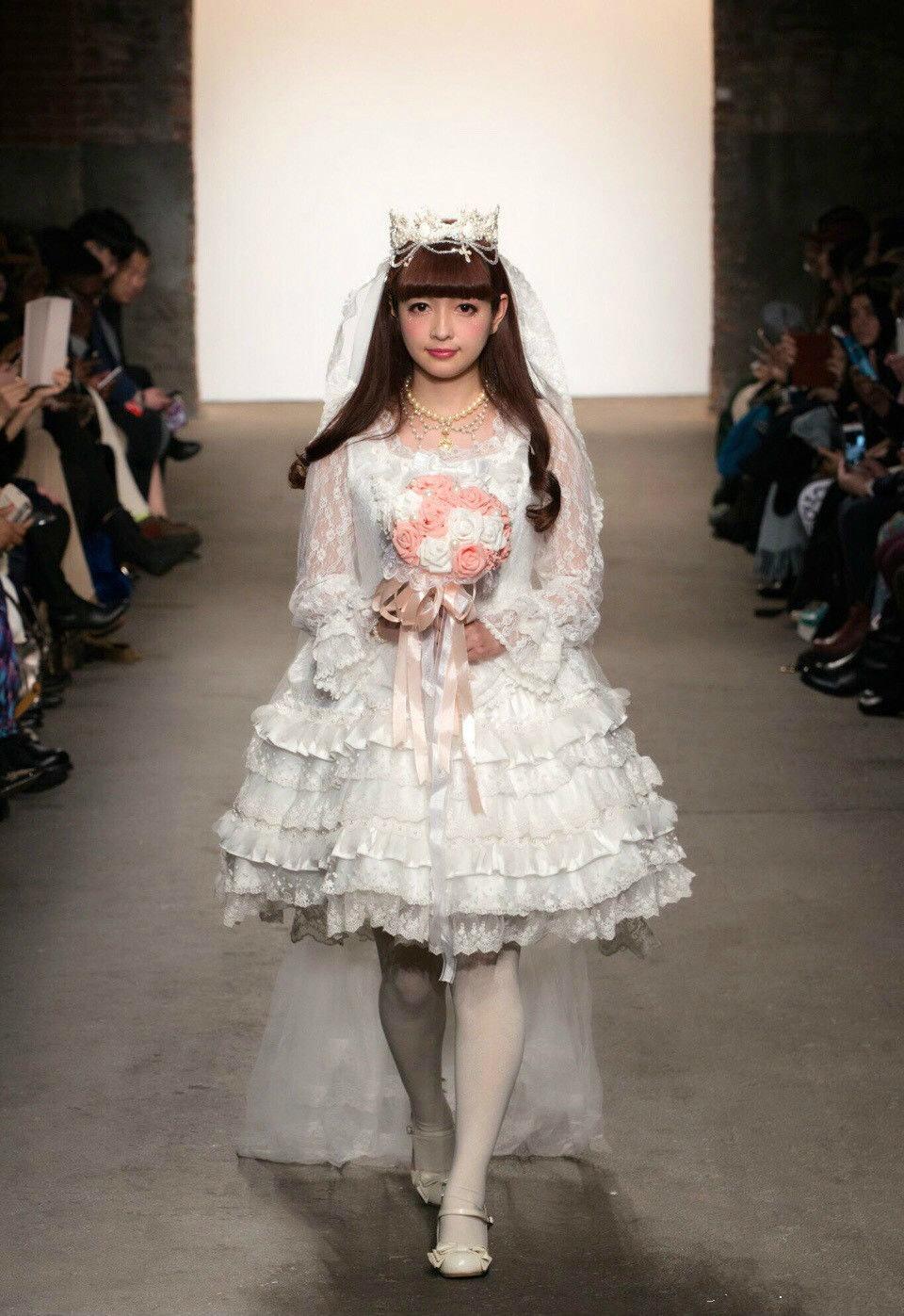 服装设计专业出身的她,在经营自己的品牌之前,还做过一阵子的洛丽塔装