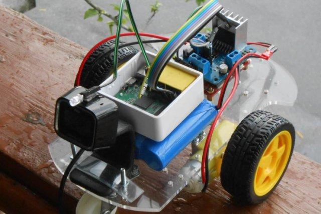这台遥控车比较特别,因为它的   遥控器   是无线路由器,而不是我们