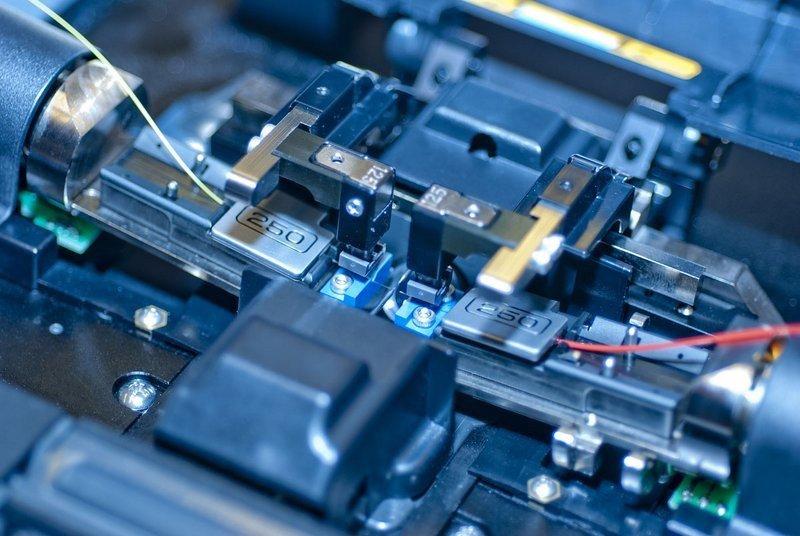 二、降低光纤熔接损耗的措施 1.一条线路上尽量采用同一批次的优质名牌裸纤 对于同一批次的光纤,其模场直径基本相同,光纤在某点断开后,两端间的模场直径可视为一致,因而在此断开点熔接可使模场直径对光纤熔接损耗的影响降到最低程度。所以要求光缆生产厂家用同一批次的裸纤,按要求的光缆长度连续生产,在每盘上顺序编号并分清A、B端,不得跳号。敷设光缆时须按编号沿确定的路由顺序布放,并保证前盘光缆的B端要和后一盘光缆的A端相连,从而保证接续时能在断开点熔接,并使熔接损耗值达到最小。 2.光缆架设按要求进行 在光缆敷设施工