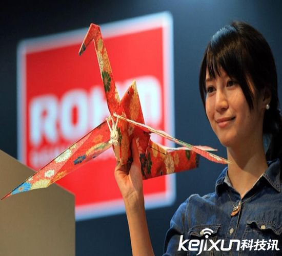 在今年举行的日本高新技术博览会上,罗姆公司的子公司LAPIS半导体就发布了旗下的全新无人机Orizuru,该无人机的灵感来源于东方人熟悉的千纸鹤。 Orizuru的飞行控制核心名为Lazurite Fly,它是由LAPIS半导体设计的微电脑,该公司宣称这款微电脑的功耗比市面上的竞品低90%,而且其性能也十分可观。 无人机在日本可不是什么高大上的炫酷词汇,今年七月,日本政府还颁布法令,宣布在政治中心或皇宫附近玩无人机违法。Orizuru的诞生就是为了扭转人们的坏印象,并提供一种更富乐趣和贴近自然的体验。