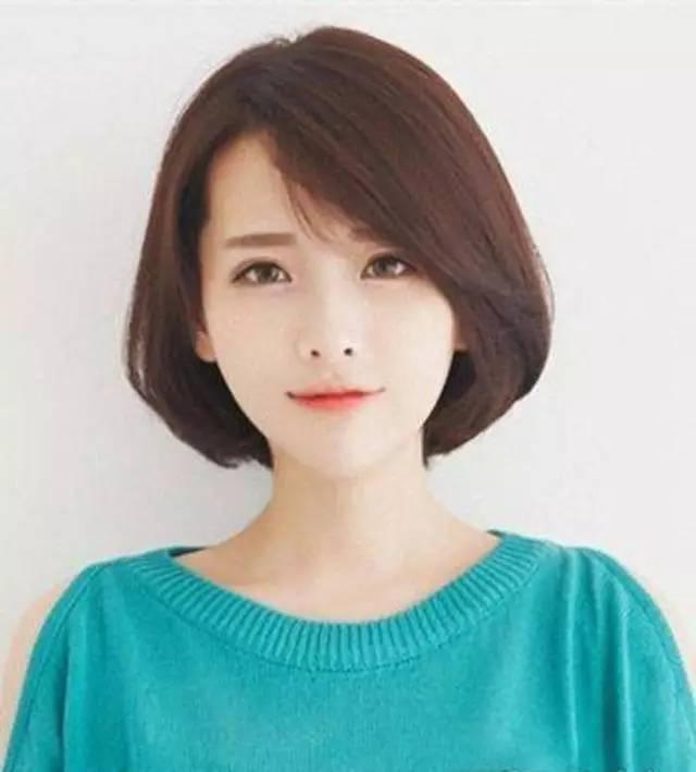 简单的偏分斜刘海中短发造型,搭配清新自然的低调发色,温柔淑女风,还