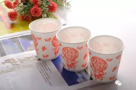 很多人自己喝茶会用专业茶具,但待客时习惯用一次性纸杯泡茶,殊不知