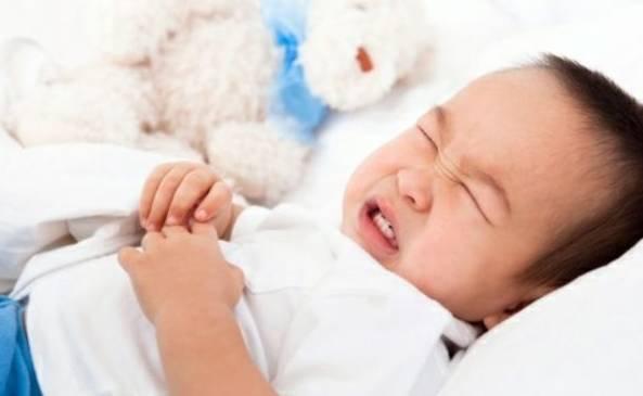 睡眠的前三分之一的时间段内,通常 发生在3-7岁的孩子身上,而且以男孩