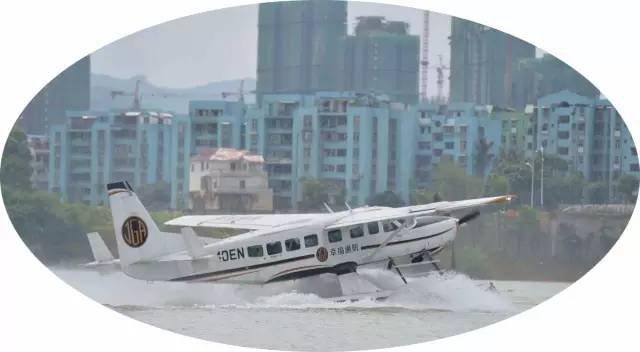 今天上午,碧水蓝天任翱翔水上飞机体验活动在静兰水上基地举行。幸福运通用航空有限公司第一次在柳州进行水上飞机的飞行活动,结束了广西没有水上飞机的历史。每架水上飞机可载8名乘客(机长、副机长)除外。据说最高可飞8000米,巡航速度300公里。 记者提前带你体验百里柳江上的激情与速度!  在收到起飞命令后,水上飞机在水面上缓缓滑行。随着发动机传出轰轰的响声,水上飞机渐渐加速,就像生出双翅的快艇,随后便灵巧的一跃而起,飞上蓝天! 从江面起飞的飞机你见过吗      水上飞机即可以作为往返岛屿间的交通工