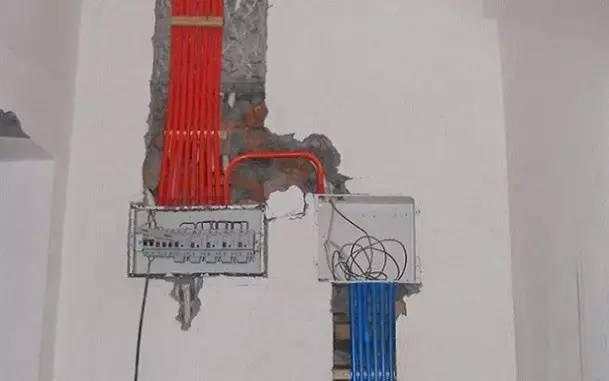 水路管道安装: 用材要求、PPR水管、铝塑管。 三年前大多数用户买铝塑管,这两年用PPR管用户的比较多。管道又分冷水管与热水管专用。暗藏管道杜绝使用镀锌铁管。首先,通过施工图施工人员与业主商量水域位置与使用功能。安排水电师傅排放安装好所有的水龙头及用水位置。如有施工图可根据施工图安排放置。施工图水路功能久缺不到位的,和业主沟通增加水路使用功能。   二次防水: 水路管道安装之后,用水泥沙子混合封好卫生间所有线槽。等线槽和地面填渣干后,再次清洗地面与墙面,墙地面水份干了即可做防水,墙面防水最好作一米高。