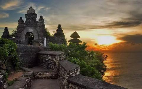 乌鲁瓦图寺高高地栖息在巴厘岛半岛西南部陡峭的断崖顶,穿过象神雕像