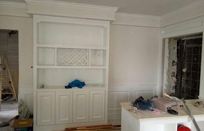 鞋柜带装饰酒柜都是实木板,外贴饰面板刷白色显纹油漆 此工地正在