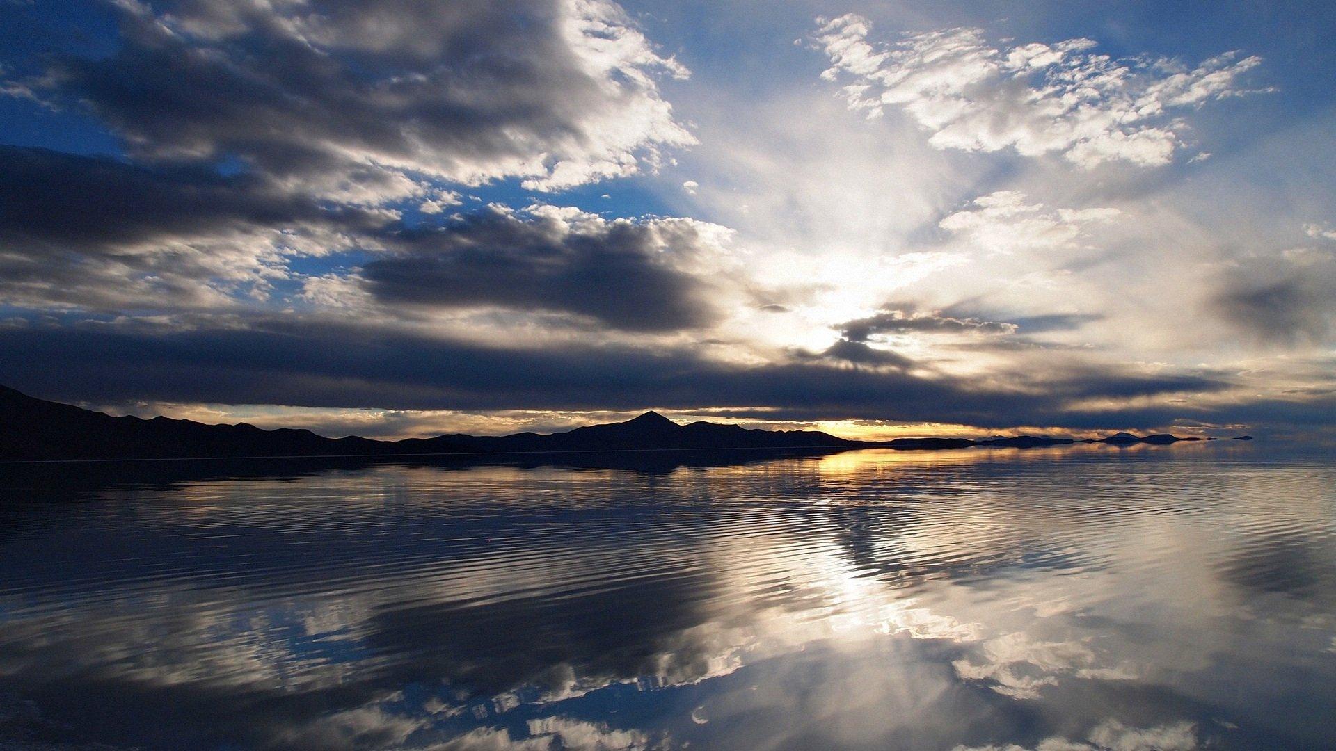 电脑桌面壁纸全屏风景 倒映在水里的蓝天白云唯美风景图片电脑桌面