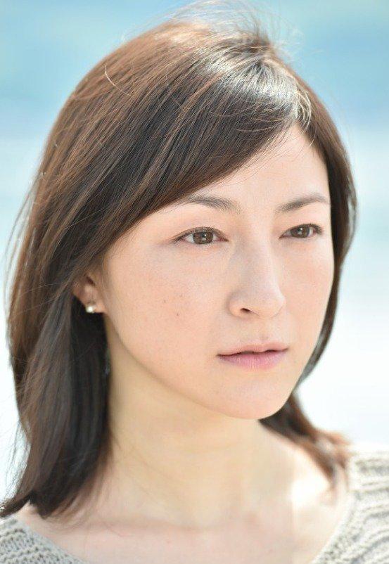 在一次活动上她发现了水野美纪饰演的知名小说家桂木