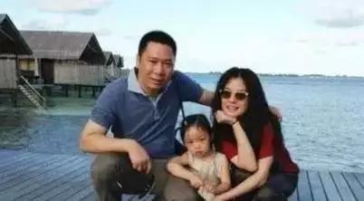 赵薇9岁继子曝照, 长得这副模样, 难怪被隐藏了这么多年
