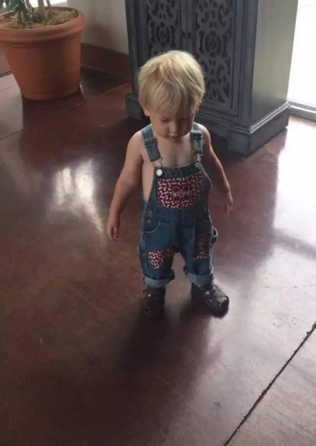 还是憋让爸爸给孩子穿衣服了!