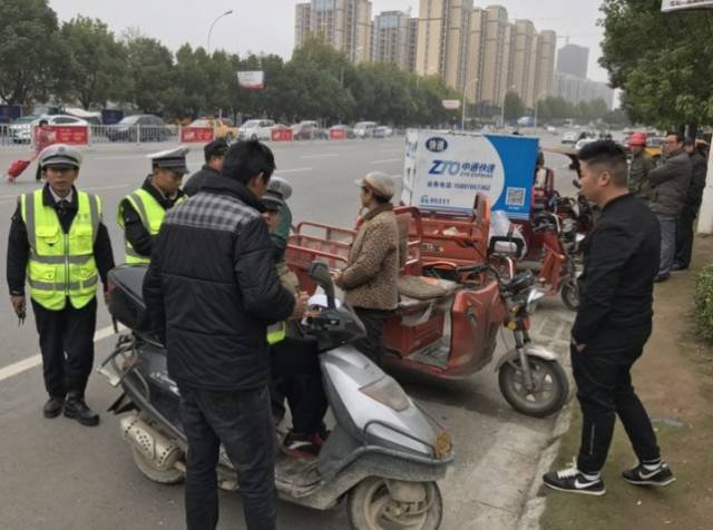 """随州交警集中整治""""路霸""""三轮车违法装载争道抢行"""