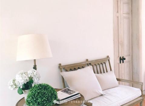 一个明亮的小房间,充满了法式乡村的情调:维多利亚浴缸,做旧处理的图片