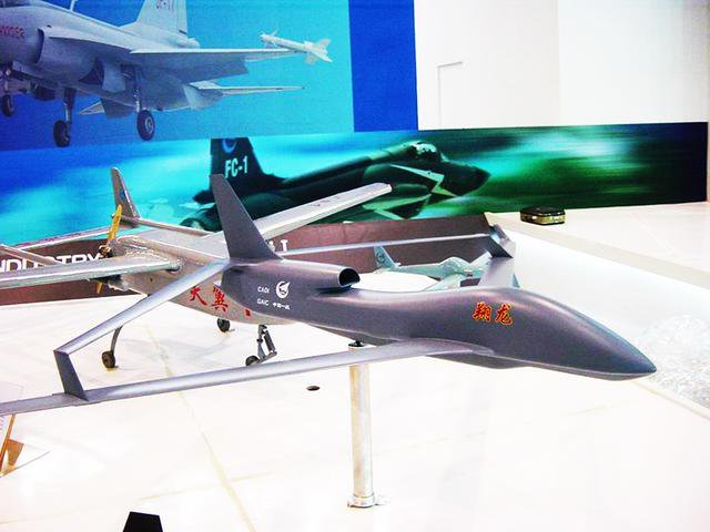 老外制作电子模型飞机