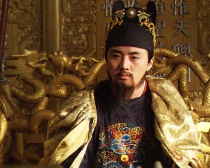 这时,崇祯皇帝的脸上,身上到处溅满了女儿的鲜血,可这位皇上已经形同