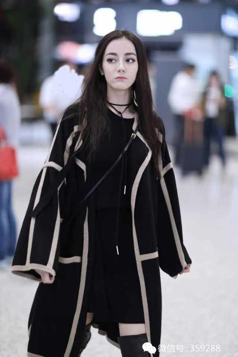 迪丽热巴机场街拍明星同款黑色中长款毛衣撞色边外套