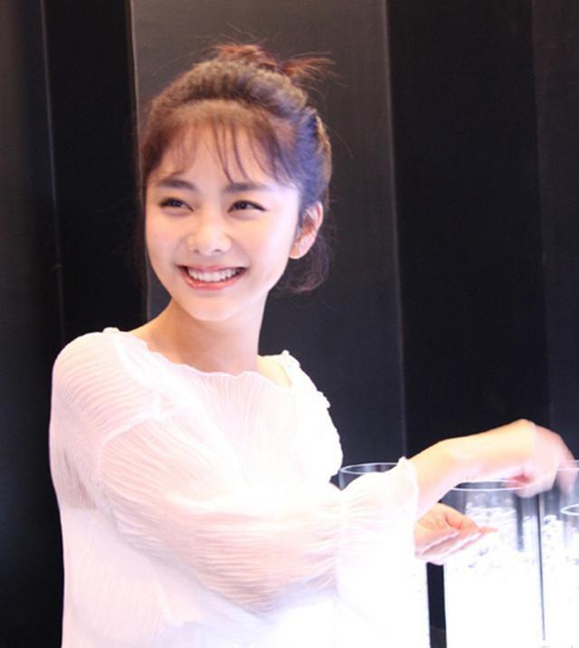 26岁谭松韵丸子头显可爱, 16岁欧阳娜娜大波浪卷改走成熟风