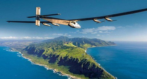 据瑞士媒体23日报道,全球最大太阳能飞机阳光动力2号计划于明年4月重返蓝天,继续其环球之旅。阳光动力项目发起人、驾驶员之一的安德烈博尔施伯格在接受瑞士媒体采访时表示,飞机将在明年4月20日左右离开美国夏威夷,但相关地面和空中测试会从明年2月中旬开始。 他说,阳光动力2号之前在飞行途中受损的电池已被更换,这也为复飞创造了条件。 谈到飞机下一站可能的停靠点时,博尔施伯格表示,飞机可能会经停加拿大的温哥华或美国的旧金山、洛杉矶,但目的地将是纽约。接着飞机将飞越大西洋,前往英国、法国、西班牙或摩洛哥