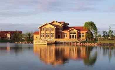 欧式别墅,尖顶的卧室,高大的客厅,温馨的桑拿房,独具异国风情;砖红色