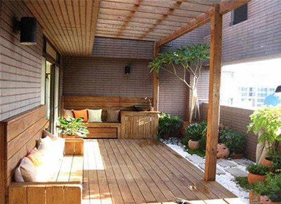 复式房子,特别是别墅,由于空间较多,其挑高的阳台往往被设计成花园露台,让家居主人在闲暇时间可以坐于高处远眺风光,享受悠闲。那么,这类花园露台在装修设计时有什么要点呢?  由于复式阳台,多是挑空设计,因此,将其装修成花园露台,有些事项还是应多加注意。 要点一:实用 装修设计露台的一切设施和空间安排都要切合实用,比如家中有双露台,可以分出主次,主露台以休闲功能为主。可以使用与客厅一样的装修材料,比如强化木地板、地砖等,如果封闭做得好,还可以铺地毯,墙面和顶部一般使用内墙乳胶漆。次露台的功用主要是储物、晾衣等,