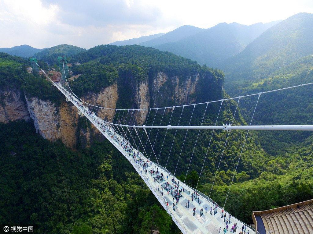 张家界世界最高最长玻璃桥开放: 看一眼脚软