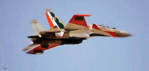 印度空军一架苏30mki战斗机在浦那的空军基地附近坠毁,两名飞行员跳伞