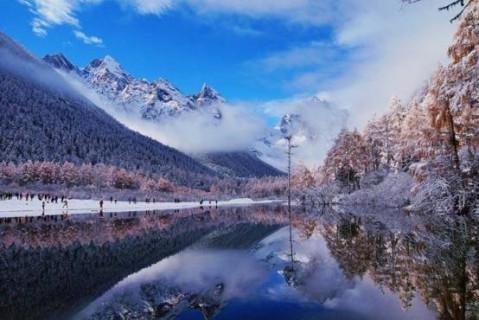 """风景区内,海拔2400-4500米,雪山掩映山林,飞瀑直下,有 """"小九寨""""的美称"""